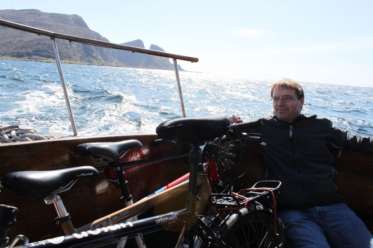 Sykkel og båtpilegrimar ved Kinn